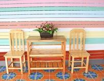 Τραπεζάκι σαλονιού στο ζωηρόχρωμο υπόβαθρο τοίχων στοκ φωτογραφία με δικαίωμα ελεύθερης χρήσης
