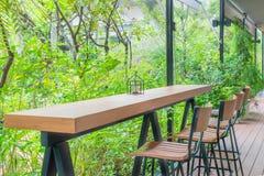Τραπεζάκι σαλονιού και καρέκλα στον πράσινο κήπο Στοκ εικόνα με δικαίωμα ελεύθερης χρήσης