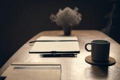 Τραπεζάκι σαλονιού με το φλιτζάνι του καφέ που καπνίζει στη καφετερία Χαλάρωση στη καφετερία Στοκ εικόνες με δικαίωμα ελεύθερης χρήσης