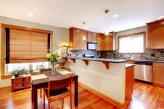 Τραπεζαρία και κουζίνα με τα χρυσά χρώματα Στοκ εικόνα με δικαίωμα ελεύθερης χρήσης