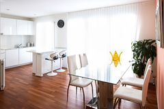 Τραπεζαρία με τις έδρες πινάκων και δέρματος γυαλιού στοκ εικόνες με δικαίωμα ελεύθερης χρήσης