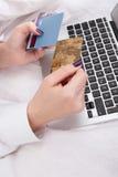 Τραπεζικές εργασίες γυναικών ή αγορές on-line Στοκ Εικόνα