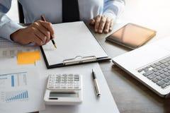 Τραπεζική έννοια λογιστικής επιχειρησιακής χρηματοδότησης, να κάνει επιχειρηματιών στοκ φωτογραφία με δικαίωμα ελεύθερης χρήσης