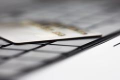 Τραπεζική κάρτα στο πληκτρολόγιο υπολογιστών Στοκ Εικόνες