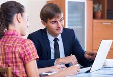 Τραπεζικός πράκτορας με το συμπαθητικό συμβουλευτικό πελάτη προσφοράς Στοκ εικόνες με δικαίωμα ελεύθερης χρήσης