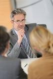 Τραπεζικός σύμβουλος που ακούει τους πελάτες Στοκ φωτογραφίες με δικαίωμα ελεύθερης χρήσης