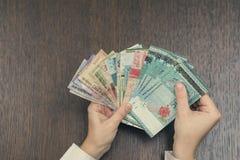 Τραπεζογραμμάτια έξι νομισμάτων της Νοτιοανατολικής Ασίας στα θηλυκά χέρια Έννοια τραπεζικών εργασιών και ταξιδιού Στοκ εικόνες με δικαίωμα ελεύθερης χρήσης