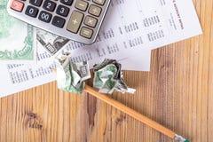 Τραπεζογραμμάτια δολαρίων με το μολύβι και τον υπολογιστή στην απόκτηση της έκθεσης στοκ εικόνες
