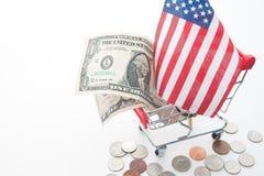 Τραπεζογραμμάτια δολαρίων, νομίσματα και σημαία της Αμερικής ` s στο κάρρο αγορών Στοκ εικόνες με δικαίωμα ελεύθερης χρήσης