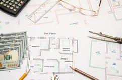 Τραπεζογραμμάτια δολαρίων ως πρότυπο σπίτι σε ένα σχέδιο κατασκευής Στοκ εικόνα με δικαίωμα ελεύθερης χρήσης
