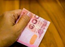 Τραπεζογραμμάτια εγγράφου της Ταϊλάνδης, η έννοια αποταμίευσης αρχής για το μέλλον, για το νέο lap-top ή τίποτα που θέλετε στοκ εικόνα