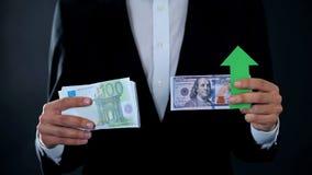 Τραπεζογραμμάτια εκμετάλλευσης ατόμων, ανάπτυξη δολαρίων σχετικά με το ευρώ, χρηματιστήριο, ανταλλαγή στοκ φωτογραφία με δικαίωμα ελεύθερης χρήσης