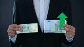 Τραπεζογραμμάτια εκμετάλλευσης ατόμων, ευρώ που αυξάνονται το σχετικό ρωσικό ρούβλι, οικονομική πρόβλεψη φιλμ μικρού μήκους