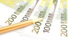 Τραπεζογραμμάτια και μάνδρα ευρώ στο λευκό Στοκ φωτογραφία με δικαίωμα ελεύθερης χρήσης