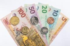 Τραπεζογραμμάτια και νομίσματα της Νέας Ζηλανδίας που τίθενται στο άσπρο υπόβαθρο 2 Στοκ εικόνα με δικαίωμα ελεύθερης χρήσης
