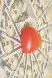 Τραπεζογραμμάτια κόκκινων καρδιών και εκατό δολαρίων Στοκ Εικόνα