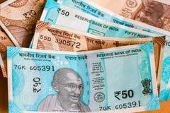 Τραπεζογραμμάτια νέων ρουπίων Ινδού 10 και 50 ζωηρόχρωμα χρήματα ανασκόπησης