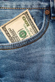 Τραπεζογραμμάτια δολαρίων στην κινηματογράφηση σε πρώτο πλάνο τσεπών τζιν Στοκ φωτογραφία με δικαίωμα ελεύθερης χρήσης