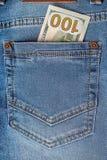 Τραπεζογραμμάτια δολαρίων στην κινηματογράφηση σε πρώτο πλάνο τσεπών τζιν Στοκ φωτογραφίες με δικαίωμα ελεύθερης χρήσης