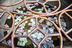 Τραπεζογραμμάτια, που εγκαταλείπονται για την τύχη στο νερό Στοκ φωτογραφία με δικαίωμα ελεύθερης χρήσης