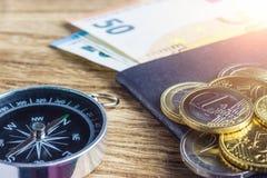 Τραπεζογραμμάτια, πυξίδα και διαβατήριο ευρώ χρημάτων Στοκ φωτογραφία με δικαίωμα ελεύθερης χρήσης