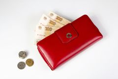 Τραπεζογραμμάτια σε ένα κόκκινο πορτοφόλι και τα νομίσματα στοκ φωτογραφία με δικαίωμα ελεύθερης χρήσης