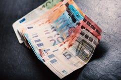 Τραπεζογραμμάτια σε ένα υπόβαθρο πετρών Ευρο- τραπεζογραμμάτια χρημάτων της διαφορετικής αξίας ζωηρόχρωμα ευρο- ευρωπαϊκά χρήματα στοκ φωτογραφία με δικαίωμα ελεύθερης χρήσης