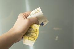 Τραπεζογραμμάτιο ευρώ γυναίκα 2 επιχειρήσεων στοκ εικόνες με δικαίωμα ελεύθερης χρήσης