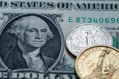 Τραπεζογραμμάτιο μετρητών αμερικανικών δολαρίων και υπόβαθρο νομισμάτων Στοκ Εικόνα