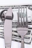 Τραπεζογραμμάτιο δολαρίων κάτω από το μαχαίρι και το δίκρανο Στοκ Εικόνα