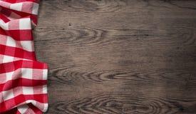 Τραπεζομάντιλο πικ-νίκ στην παλαιά ξύλινη άποψη επιτραπέζιων κορυφών Στοκ Εικόνες