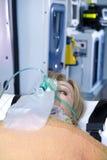 Τραυματισμένη γυναίκα με τη μάσκα οξυγόνου Στοκ φωτογραφία με δικαίωμα ελεύθερης χρήσης
