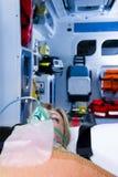Τραυματισμένη γυναίκα με τη μάσκα οξυγόνου Στοκ Εικόνες
