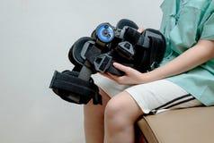 Τραυματισμένη γυναίκα με τη συνεδρίαση ναρθήκων ποδιών στο κρεβάτι Στοκ φωτογραφία με δικαίωμα ελεύθερης χρήσης