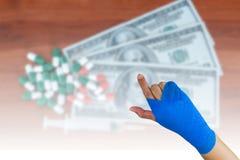 τραυματισμένη γυναίκα με τον μπλε ελαστικό επίδεσμο που απομονώνεται σε διαθεσιμότητα σε ένας στοκ εικόνα
