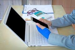 τραυματισμένη γυναίκα με τον μπλε ελαστικό επίδεσμο σε διαθεσιμότητα και εκμετάλλευση phon Στοκ φωτογραφία με δικαίωμα ελεύθερης χρήσης