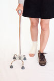 Τραυματισμένη γυναίκα με το ραβδί τετραγώνων, που απομονώνεται Στοκ Εικόνα