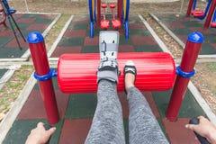 τραυματισμένη γυναίκα που φορά σπασμένο το sportswear αστράγαλο που φορά τη γουλιά αστραγάλων Στοκ Εικόνα