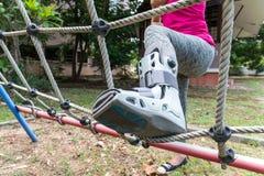τραυματισμένη γυναίκα που φορά σπασμένο το sportswear αστράγαλο που φορά τη γουλιά αστραγάλων Στοκ Εικόνες