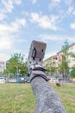τραυματισμένη γυναίκα που φορά σπασμένο το sportswear αστράγαλο που φορά τη γουλιά αστραγάλων Στοκ φωτογραφία με δικαίωμα ελεύθερης χρήσης