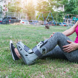 τραυματισμένη γυναίκα που φορά σπασμένο το sportswear αστράγαλο που φορά τη γουλιά αστραγάλων Στοκ φωτογραφίες με δικαίωμα ελεύθερης χρήσης