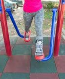 τραυματισμένη γυναίκα που φορά σπασμένο το sportswear αστράγαλο που φορά τη γουλιά αστραγάλων Στοκ Φωτογραφίες