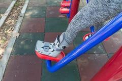 τραυματισμένη γυναίκα που φορά σπασμένο το sportswear αστράγαλο που φορά τη γουλιά αστραγάλων Στοκ Φωτογραφία