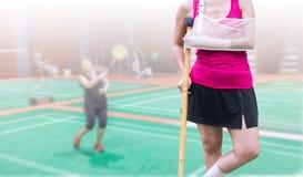 τραυματισμένη γυναίκα που φορά sportswear επίπονο με χυτή τη βραχίονας στάση Στοκ φωτογραφία με δικαίωμα ελεύθερης χρήσης