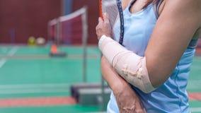 τραυματισμένη γυναίκα που φορά sportswear τον επίπονους βραχίονα και το πόδι με το gauz Στοκ εικόνες με δικαίωμα ελεύθερης χρήσης