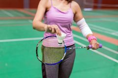 Τραυματισμένη γυναίκα που φορά sportswear τον επίπονο βραχίονα με τον επίδεσμο γάζας Στοκ Εικόνες
