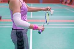Τραυματισμένη γυναίκα που φορά sportswear τον επίπονο βραχίονα με τον επίδεσμο γάζας Στοκ φωτογραφίες με δικαίωμα ελεύθερης χρήσης