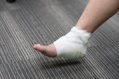 Τραυματισμένος αστράγαλος επίπονος με τον επίδεσμο Στοκ φωτογραφία με δικαίωμα ελεύθερης χρήσης