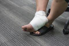 Τραυματισμένος αστράγαλος επίπονος με τον επίδεσμο Στοκ εικόνες με δικαίωμα ελεύθερης χρήσης