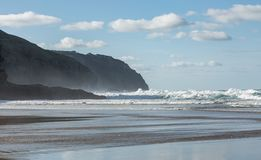 Τραχιά θάλασσα Νοεμβρίου, άμμοι Perran, βόρεια Κορνουάλλη στοκ εικόνα